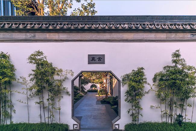 Tuy nằm ở ngay trung tâm thành phố Tô Châu, Trung Quốc nhưng căn nhà này lại biệt lập với thế giới bên ngoài, bởi nó nằm tọa lạc trên một hòn đảo nhỏ chính giữa hai hồ Kim Kê và Độc Thự.