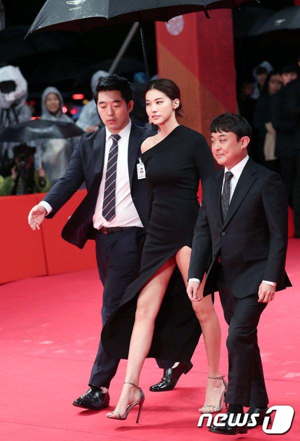 Ngọc nữ Hàn gây thót tim vì lỡ diện váy khoét quá hiểm trước đám đông - 2