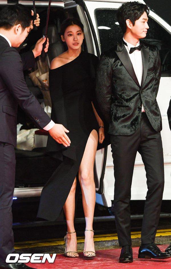 Ngọc nữ Hàn gây thót tim vì lỡ diện váy khoét quá hiểm trước đám đông - 1