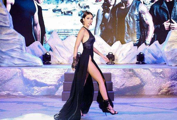 Ngọc nữ Hàn gây thót tim vì lỡ diện váy khoét quá hiểm trước đám đông - 8