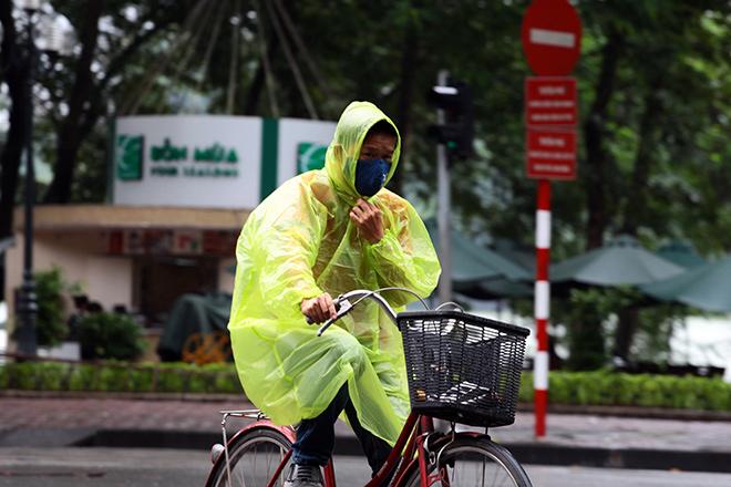 Mưa rét dưới 20 độ C, dân Thủ đô khoác chăn ra đường - 7