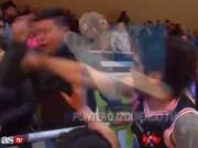 Bị lăng mạ, ra đòn điện xẹt như Mayweather với CĐV đối thủ