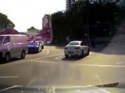 """""""Xe ma"""" bất ngờ xuất hiện gây tai nạn trên đường phố Singapore?"""