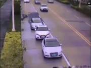 Ô tô bị cần cẩu khổng lồ đập nát, tài xế từ từ đứng lên thần kì