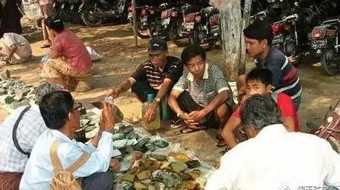 Choáng: Ngọc phỉ thúy thô ở Myanmar bán đổ đống như rau ngoài chợ - 2