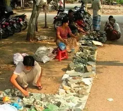 Choáng: Ngọc phỉ thúy thô ở Myanmar bán đổ đống như rau ngoài chợ - 4