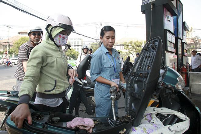 Xăng dầu đồng loạt hạ giá trong ngày Phụ nữ Việt Nam - 1