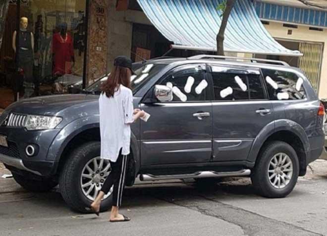 Nóng 24h qua: Cô gái trẻ dùng băng vệ sinh dán kín ô tô án ngữ trước cửa hàng - 1