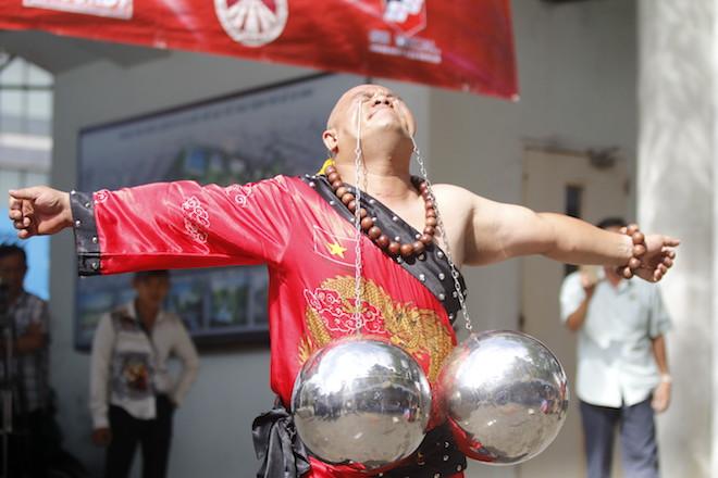Những hình ảnh ấn tượng của bậc thầy kung-fu VN đi tìm kỷ lục TG - 11