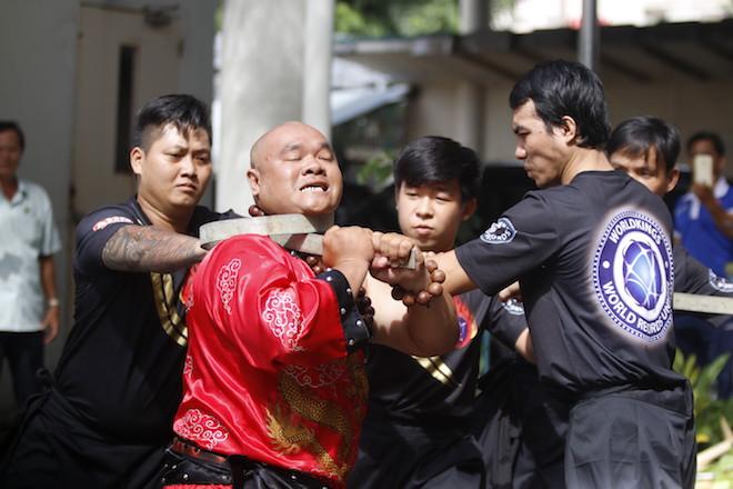Những hình ảnh ấn tượng của bậc thầy kung-fu VN đi tìm kỷ lục TG - 16