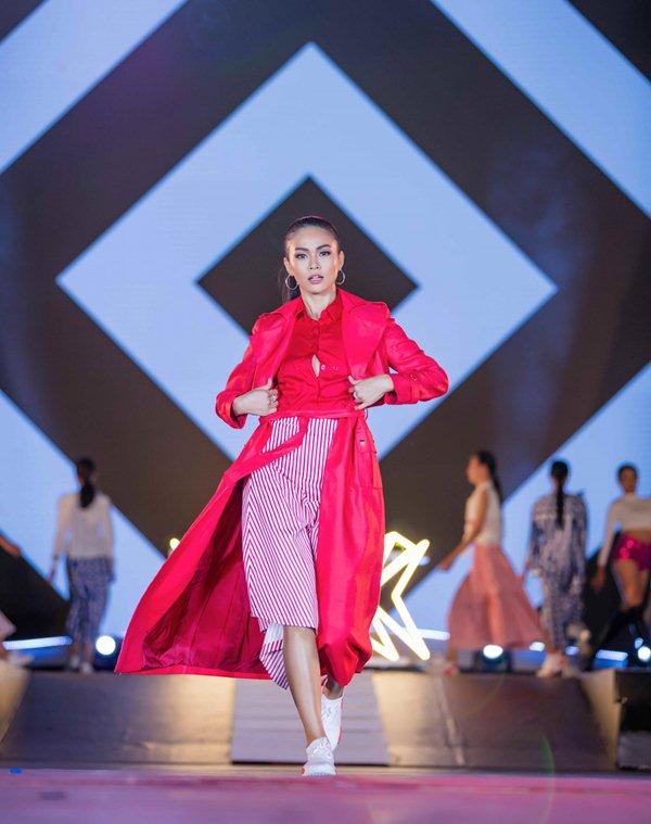 Thót tim vì sự cố đứt dây váy của mẫu Việt khi catwalk - 4