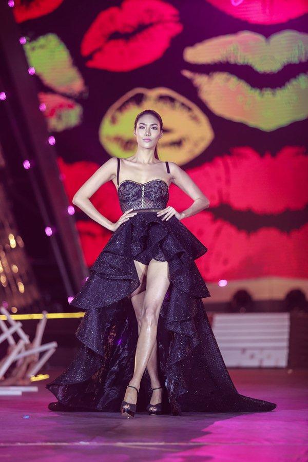 Thót tim vì sự cố đứt dây váy của mẫu Việt khi catwalk - 1