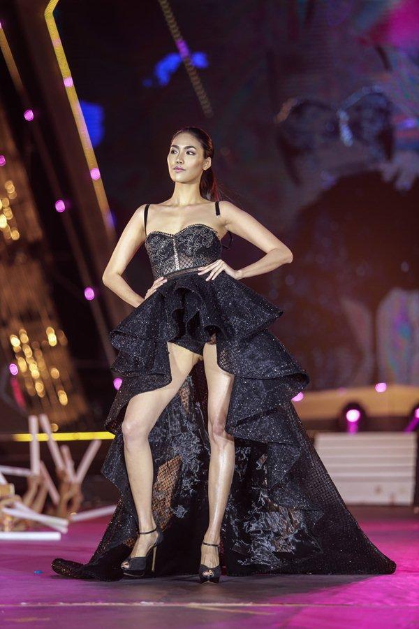 Thót tim vì sự cố đứt dây váy của mẫu Việt khi catwalk - 2