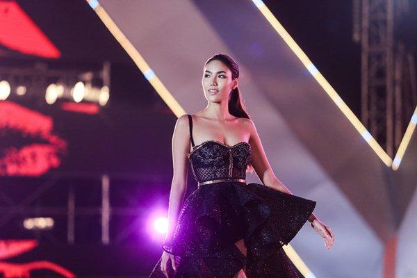 Thót tim vì sự cố đứt dây váy của mẫu Việt khi catwalk - 3