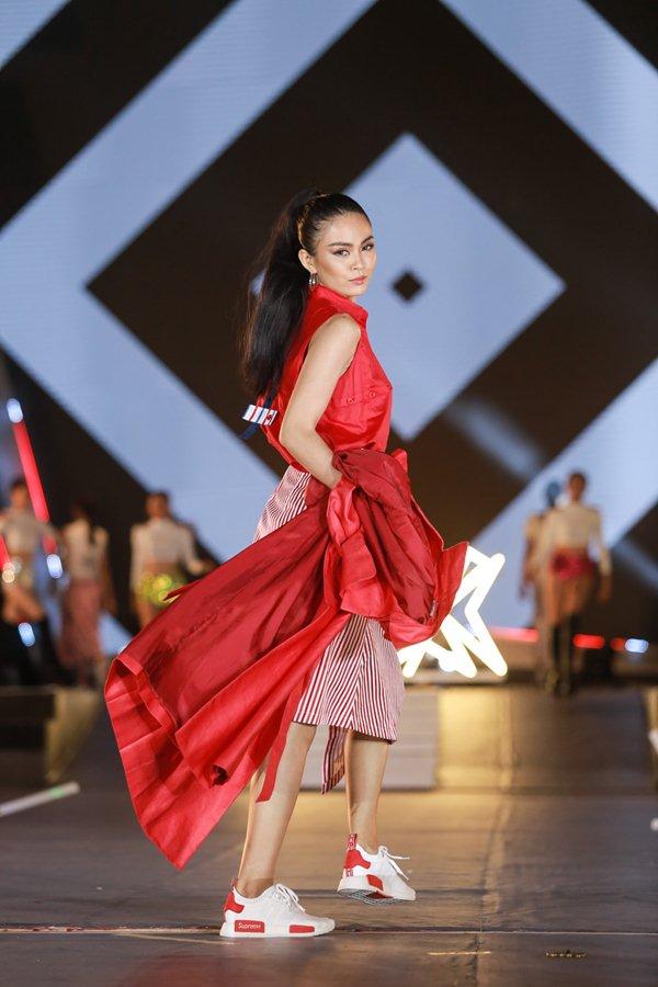 Thót tim vì sự cố đứt dây váy của mẫu Việt khi catwalk - 5