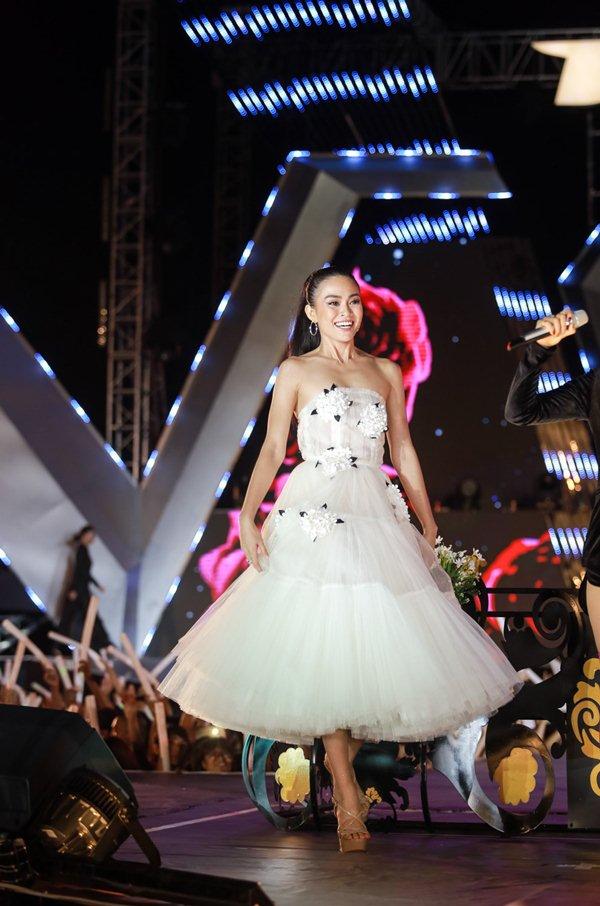 Thót tim vì sự cố đứt dây váy của mẫu Việt khi catwalk - 6