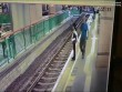 """""""Vui tay"""" đẩy người ngã xuống đường ray rồi thản nhiên bước đi"""