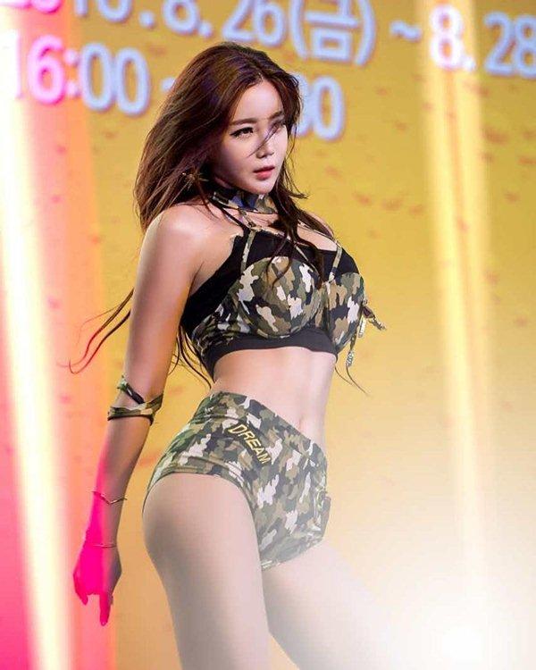 Nữ thần gợi cảm mới của Hàn Quốc mê tít đồ hở cực hiểm - 9