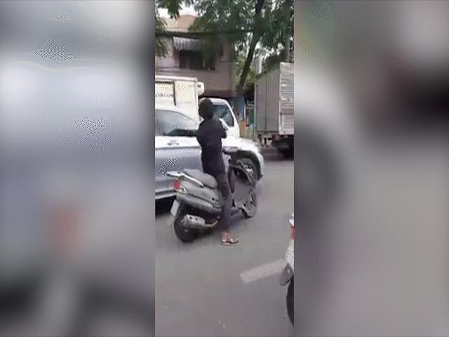 """Cảnh sát mật phục bắt """"nóng"""" kẻ bẻ trộm hàng loạt kính xe ô tô - 5"""