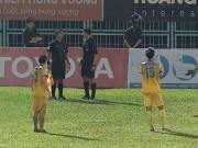 """V-League lại sôi sục: Trọng tài  """" bẻ còi """" , Thanh Hóa hưởng lợi đua vô địch"""