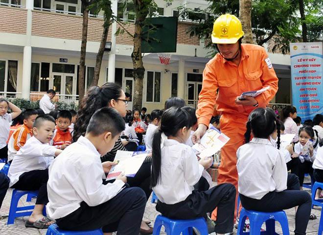 Hà Nội: Tạo cho học sinh thói quen sử dụng an toàn tiết kiệm điện - 4