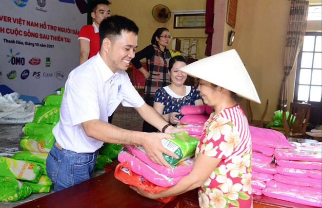 11.000 phần quà thiết thực được trao cho gia đình thiệt hại vì bão lũ - 3