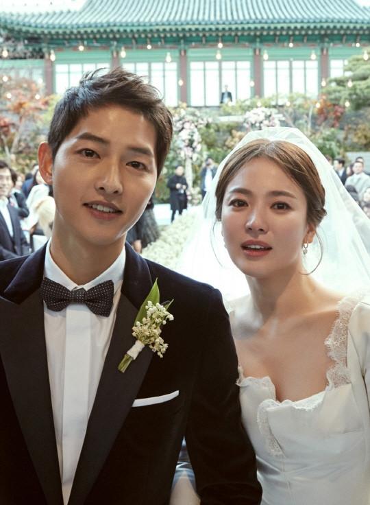 Chồng Chương Tử Di bị chỉ trích vì phát trực tiếp hôn lễ của Song Hye Kyo - 1