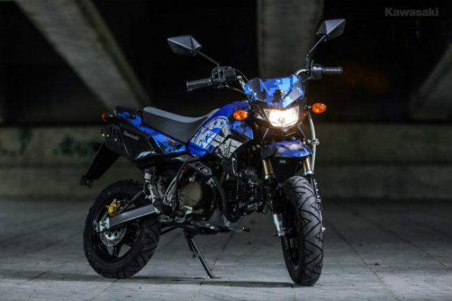 Đáng chú ý cả hai phiên bản này được Kawasaki bán tại thị trường Thái Lan với giá rất hấp dẫn, chỉ 55.600 baht (38 triệu VNĐ). Ảnh KSR Final Edition màu xanh da trời đen đêm.