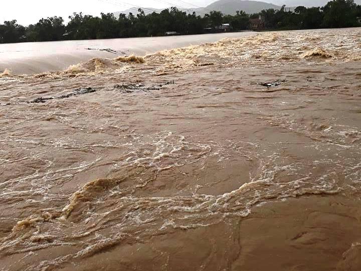 Ảnh hưởng áp thấp, miền Trung mưa trắng trời, nhà dân bị ngập sâu hơn 1m - 1