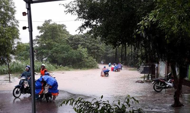 Ảnh hưởng áp thấp, miền Trung mưa trắng trời, nhà dân bị ngập sâu hơn 1m - 2