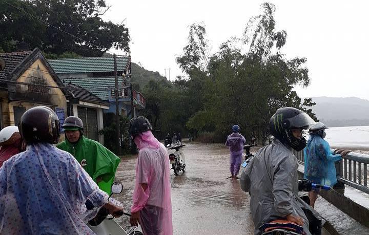 Ảnh hưởng áp thấp, miền Trung mưa trắng trời, nhà dân bị ngập sâu hơn 1m - 3