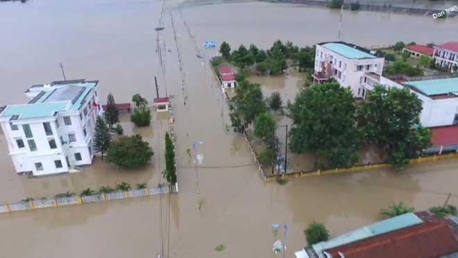 Ảnh: Phú Yên chìm trong nước lũ, nhiều khu vực bị cô lập - 4