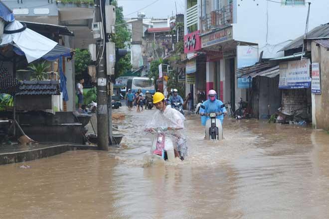 Ảnh: Phú Yên chìm trong nước lũ, nhiều khu vực bị cô lập - 2