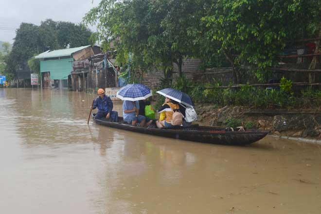 Ảnh: Phú Yên chìm trong nước lũ, nhiều khu vực bị cô lập - 3