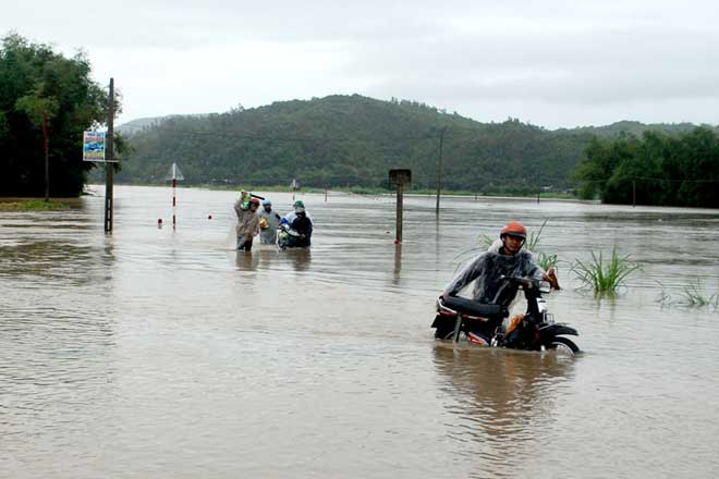 Ảnh: Phú Yên chìm trong nước lũ, nhiều khu vực bị cô lập - 6