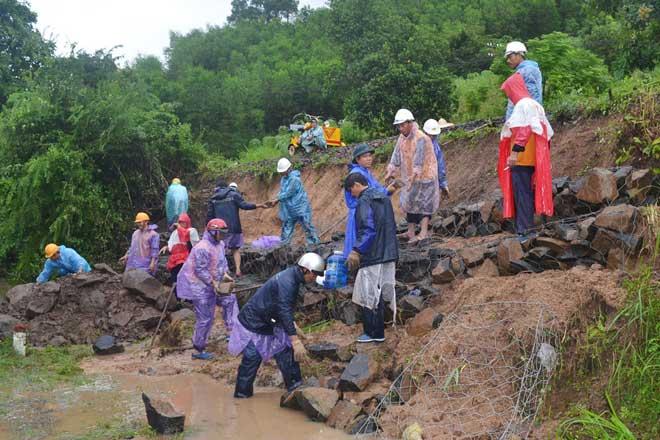 Ảnh: Phú Yên chìm trong nước lũ, nhiều khu vực bị cô lập - 7