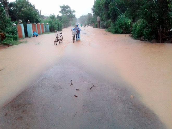 Ảnh: Phú Yên chìm trong nước lũ, nhiều khu vực bị cô lập - 8
