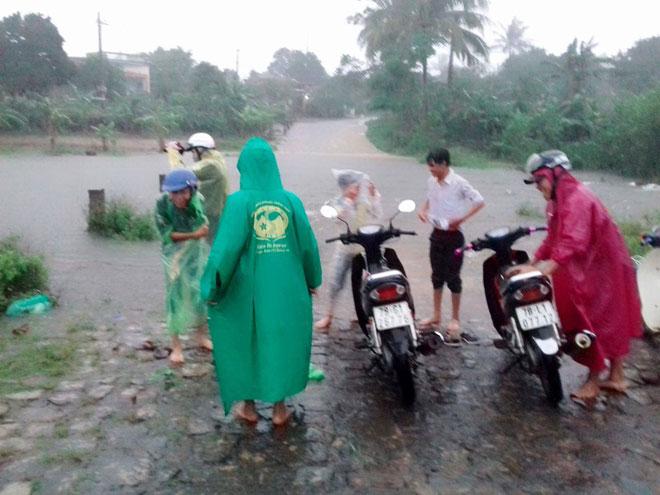 Ảnh: Phú Yên chìm trong nước lũ, nhiều khu vực bị cô lập - 9