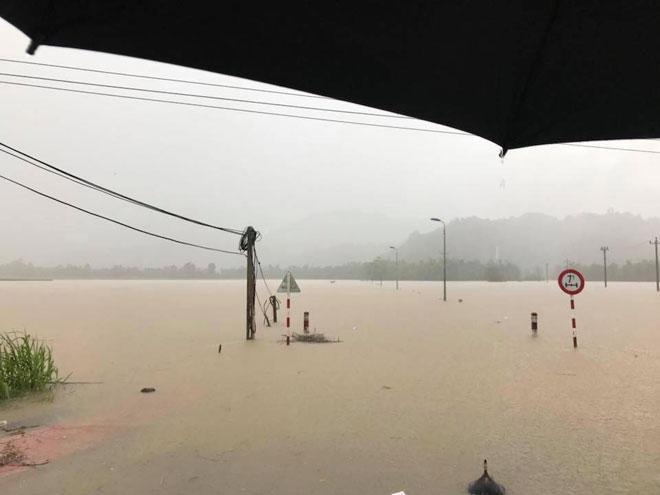 Ảnh: Phú Yên chìm trong nước lũ, nhiều khu vực bị cô lập - 10