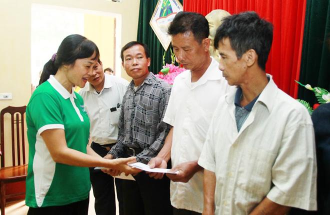 Vinamilk chia sẻ khó khăn với các hộ nghèo bị ảnh hưởng do lũ tại Hà Nội - 1