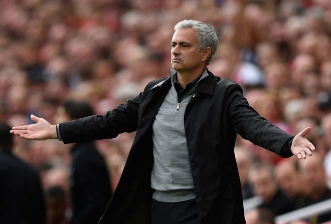 """MU loạn trước đại chiến Chelsea: Mourinho bị fan """"khiêu chiến"""", lo hầu tòa - 1"""