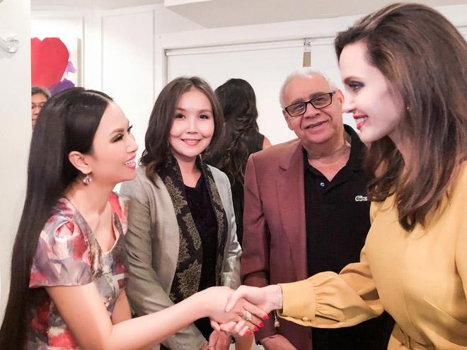 Em gái tỉ phú của Cẩm Ly gặp riêng Angelina Jolie tại LHP Mỹ - 1