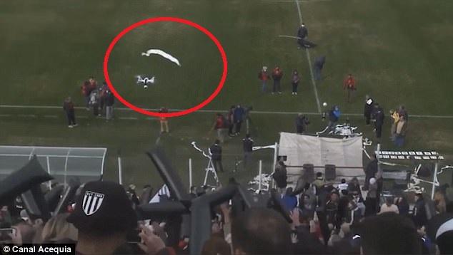 """CĐV """"ngứa mắt"""" dùng giấy toilet ném rụng flycam trên sân bóng - 1"""