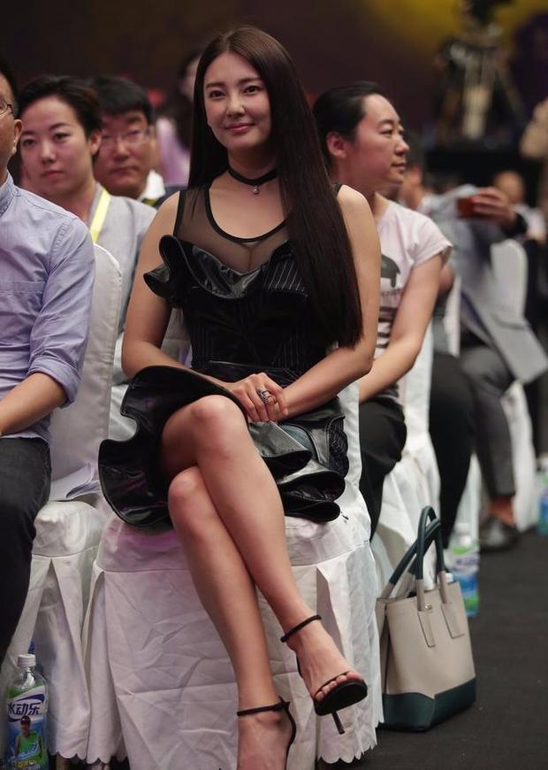 """""""Bản sao Song Hye Kyo"""" lại khoe khéo vòng 1 khi đi dự sự kiện - 2"""