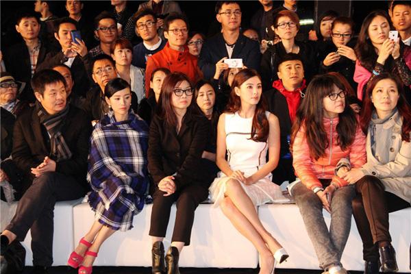 """""""Bản sao Song Hye Kyo"""" lại khoe khéo vòng 1 khi đi dự sự kiện - 7"""