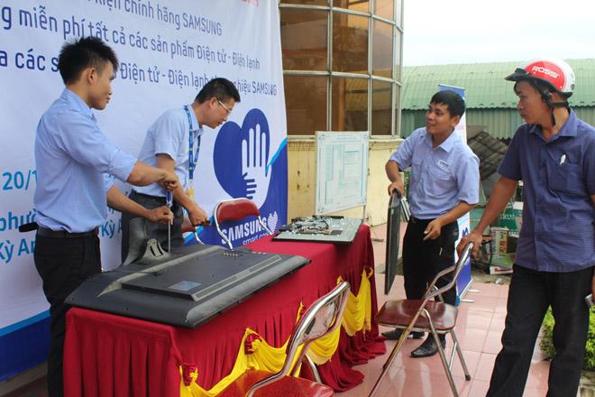 Công ty điện tử Samsung chung tay cùng người dân  khắc phục hậu quả bão lũ - 2