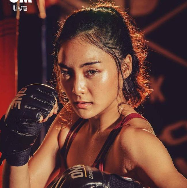 Mới bắt đầu chơi trận đấu đầu tiên tại MMA - One Championship vào hồi tháng 3/2017, hiện tại cô đã trải qua 3 trận đấu với 2 thắng lợi đầu tay và 1 trận thua Jomary Torres (8/2017).