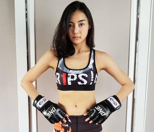 """28 tuổi mới bước chân vào nghiệp võ thuật, song cô gái Thái Lan vẫn được mệnh danh là  """" sát thủ """"  với 2 thắng lợi đầu tay."""