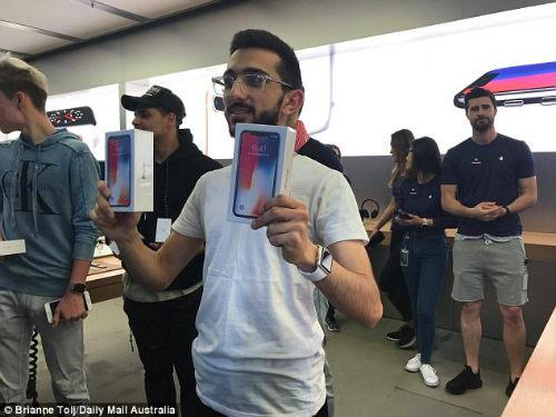 Lộ diện chủ nhân mua iPhone X đầu tiên có giá 41,5 triệu đồng - 1