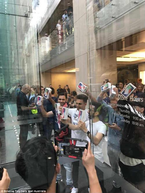 Lộ diện chủ nhân mua iPhone X đầu tiên có giá 41,5 triệu đồng - 2